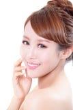 有秀丽面孔和完善的皮肤的妇女 免版税图库摄影