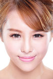 有秀丽面孔和完善的皮肤的妇女 免版税库存照片