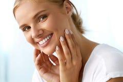 有秀丽面孔的,健康白色牙微笑美丽的妇女 免版税库存照片