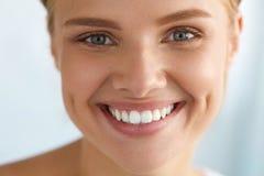有秀丽面孔的,健康白色牙微笑美丽的妇女 免版税库存图片