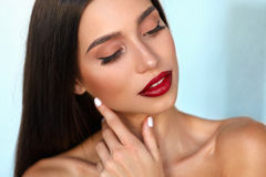 有秀丽面孔的,美好的构成,红色嘴唇时装模特儿女孩 免版税库存图片