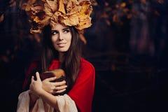 有秋叶冠的妇女有珍宝箱子的 图库摄影