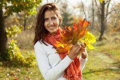 有秋叶的女孩在现有量 库存照片