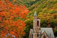 有秋叶的石教会 免版税图库摄影