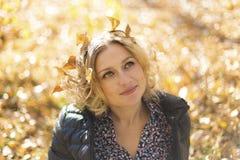 有秋叶的美丽的妇女 免版税图库摄影