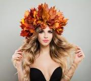 有秋叶的美丽的少妇 图库摄影