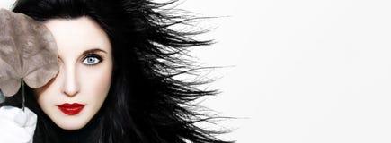 有秋叶的美丽的年轻白种人妇女浅黑肤色的男人 图库摄影