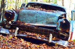 有秋叶的被忘记的汽车 免版税库存图片