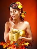 有秋天发型的女孩和组成。 免版税库存照片