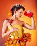 有秋天发型的女孩和组成。 免版税图库摄影
