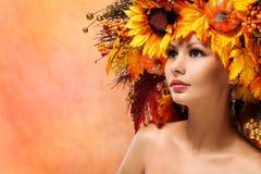 有秋天叶子的秋天妇女 方式女孩纵向 免版税库存照片