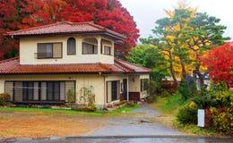 有秋天叶子的议院在kawaguchiko 库存图片