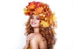 有秋天明亮的叶子发型的秀丽式样女孩 有秋季的美丽的时尚女性组成和发型 图库摄影