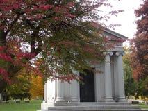 有秋天树的陵墓 免版税库存照片