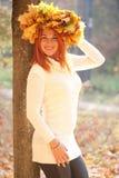 有秋天槭树冠的少妇离开 免版税库存图片