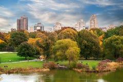 有秋天湖的纽约曼哈顿中央公园全景有摩天大楼的 免版税库存照片