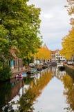 有秋天的运河在荷恩,荷兰上色了树 图库摄影