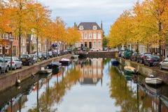 有秋天的运河在荷恩,荷兰上色了树 免版税库存照片
