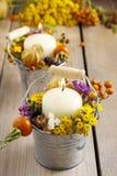 有秋天花和其他植物的银色桶 免版税库存图片