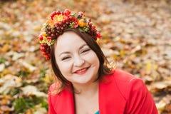 有秋天花圈的妇女 库存照片