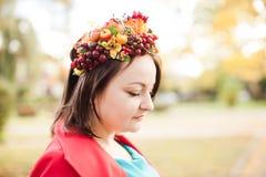 有秋天花圈的妇女 免版税库存照片