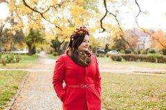 有秋天花圈的妇女 图库摄影