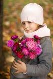 有秋天花束的女孩在一个喷壶 库存照片
