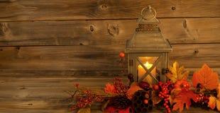 有秋天装饰的传统亚洲灯笼在土气木头 免版税库存图片