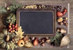 有秋天装饰的黑板,空间 免版税库存照片