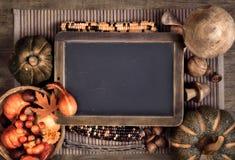 有秋天装饰的黑板,空间 库存图片