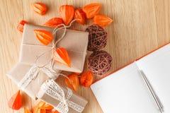 有秋天题材的包装纸礼物盒 库存图片