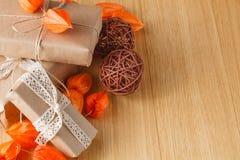 有秋天题材的包装纸礼物盒 免版税库存图片
