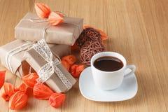 有秋天题材的包装纸礼物盒 图库摄影