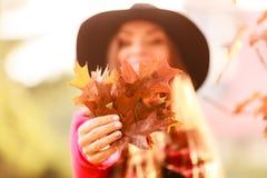 有秋季叶子的夫人 免版税库存图片