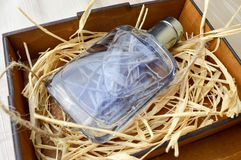 有科隆香水的,润肤水,在一个木自创箱子的香水蓝色,美丽,玻璃瓶有干秸杆的 库存图片