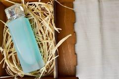 有科隆香水的,润肤水,在一个木自创箱子的香水蓝色,美丽,玻璃瓶有干秸杆的 库存照片