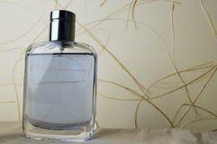有科隆香水的,润肤水,香水蓝色,美丽,玻璃瓶 库存照片