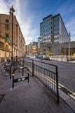 有租务的典型的街道在伦敦,团结的Ki骑自行车停车处 免版税库存照片