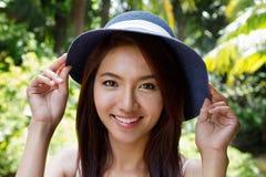 有积极态度的愉快的微笑的健康妇女佩带的夏天帽子 免版税库存图片