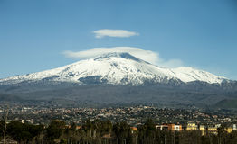 有积雪的峰顶的埃特纳火山 全景照片 图库摄影