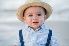 有秸杆浅顶软呢帽帽子的一个岁男婴 免版税库存图片