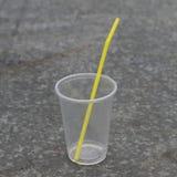 有秸杆的塑料杯子 图库摄影