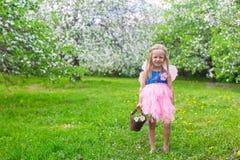 有秸杆篮子的可爱的小女孩 库存照片