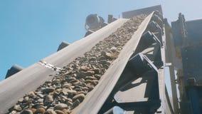 有移动沿它的瓦砾的运输者传送带 股票视频