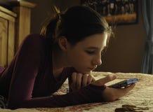 有移动电话的女孩 免版税图库摄影