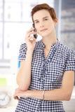有移动电话的少妇 免版税库存图片
