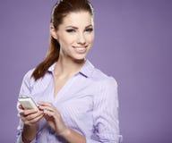 有移动电话的成功的女实业家。 免版税库存图片