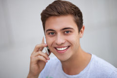 有移动电话的年轻人 库存图片