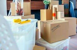 有移动的箱子的客厅 免版税库存图片
