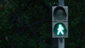 有移动的绿灯和保险柜的红绿灯 城市轻的业务量 红绿灯改变的颜色 免版税图库摄影